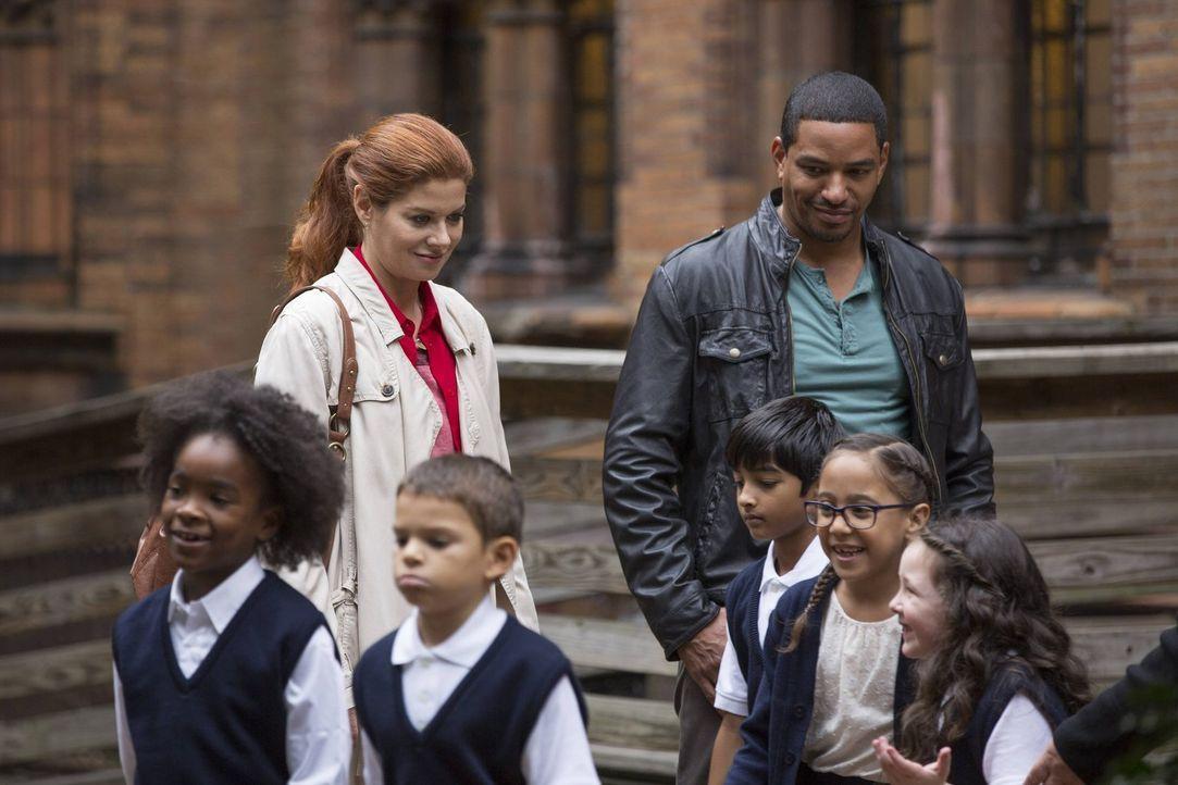 Ein neuer Mordfall beschäftigt Laura (Debra Messing, hinten l.) und Billy (Laz Alonso, hinten r.) ... - Bildquelle: Warner Bros. Entertainment, Inc.