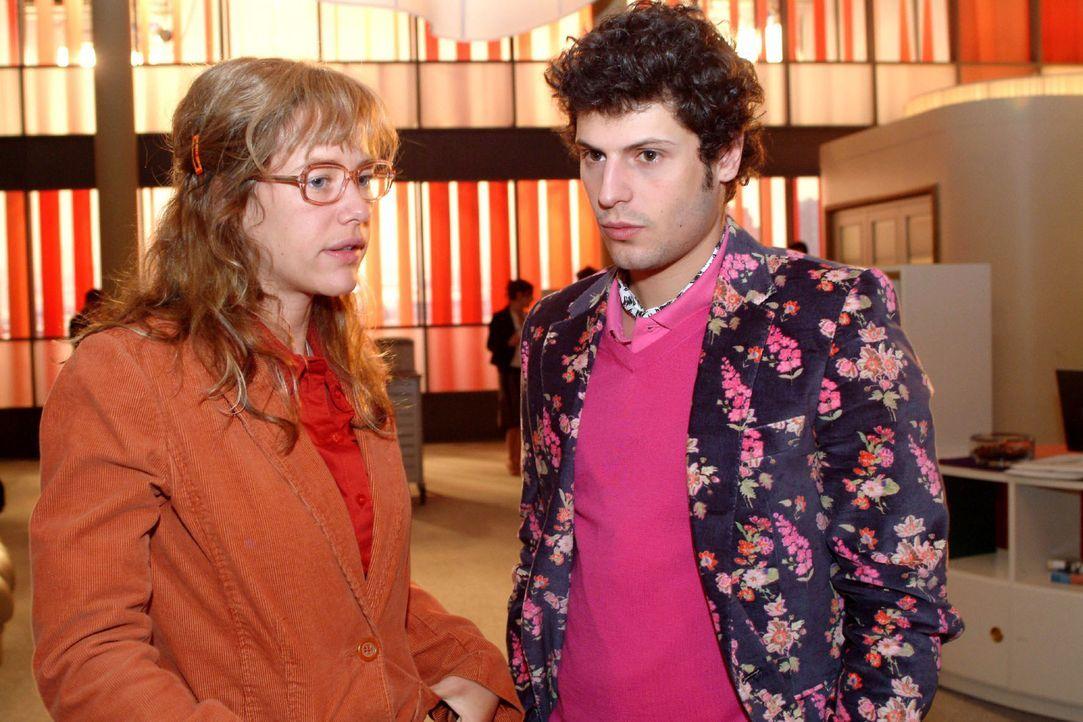 Lisa (Alexandra Neldel, l.) bittet Rokko (Manuel Cortez, r.) darum, Sophie in seine Arbeit einzubinden. (Dieses Foto von Alexandra Neldel darf nur i... - Bildquelle: Monika Schürle Sat.1