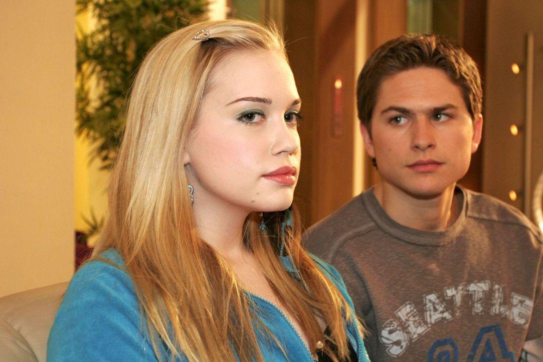 Timo (Matthias Dietrich, r.) und Kim (Lara-Isabelle Rentinck, l.) kommen bei einer Aussprache frustriert zu dem Schluss, dass sie einfach nicht zuei... - Bildquelle: Sat.1
