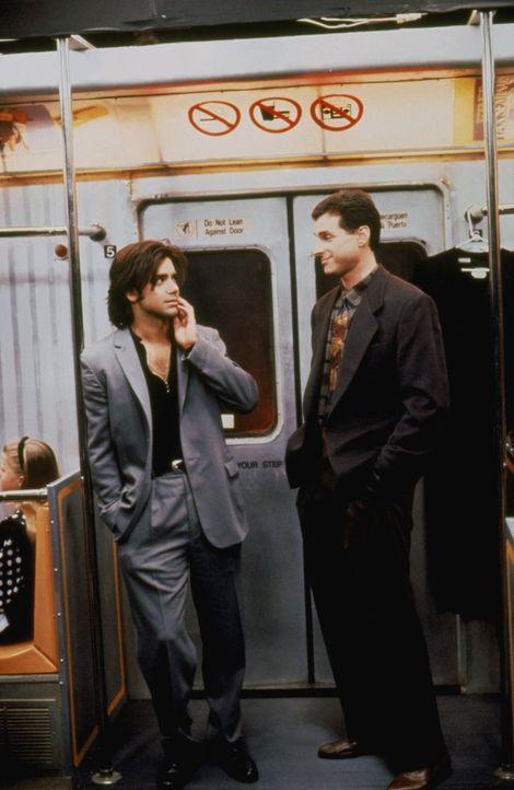 Als Jesse (John Stamos, l.) nach der Abschlussprüfung auch noch die Abschlussrede halten soll, würde er gerne kneifen. Aber Danny (Bob Saget, r.) sp... - Bildquelle: Warner Brothers Inc.