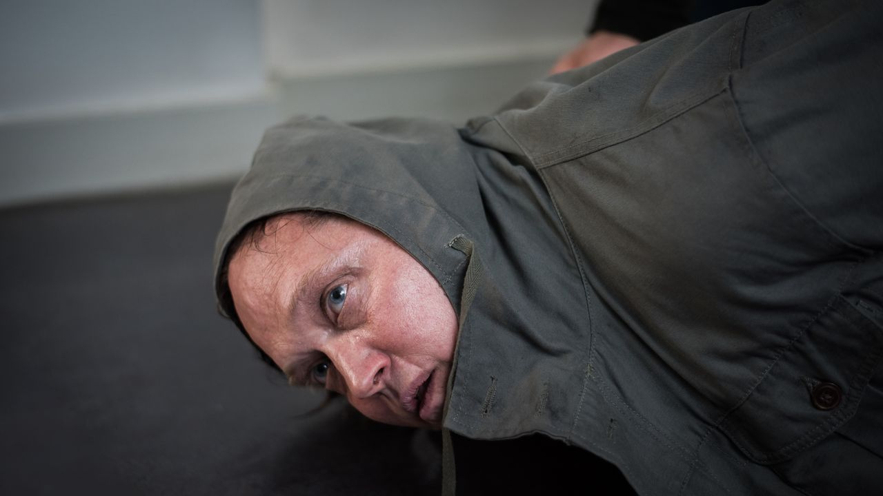 Sylvain Guibert (Christophe Favre) - Bildquelle: Nicolas Roucou 2019 BEAUBOURG AUDIOVISUEL / TF1 / Nicolas Roucou