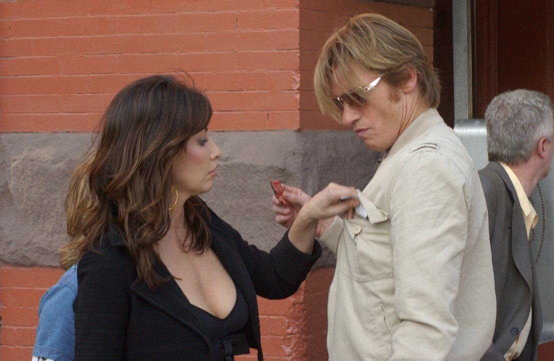 Endlich hat Valerie (Gina Gershon, l.) das gefunden, was sie suchte: Tommy (Denis Leary, r.) ... - Bildquelle: 2007 Sony Pictures Television Inc. All Rights Reserved