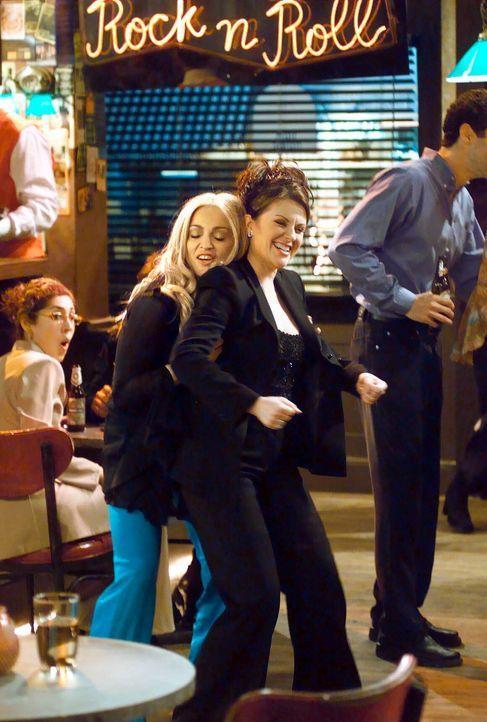 Noch verstehen sich Karen (Megan Mullally, l.) und Liz (Madonna, r.) prima, doch schon bald werden sie mit einem männlichen Problem konfrontiert ... - Bildquelle: NBC Productions