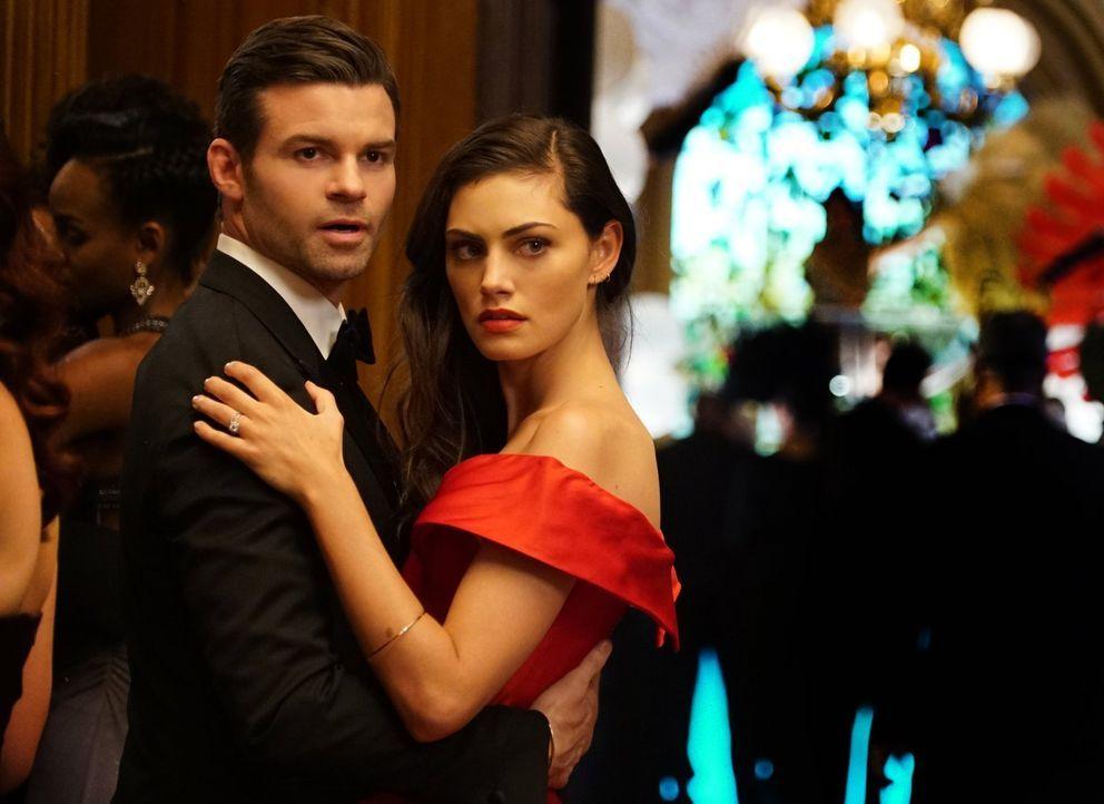Als Hayley (Phoebe Tonkin, r.) Elijahs (Daniel Gillies, l.) Einladung zu einer besonderen Gala in die Hände fällt, entschließt sie sich dazu, ihn zu... - Bildquelle: Warner Bros. Entertainment Inc.