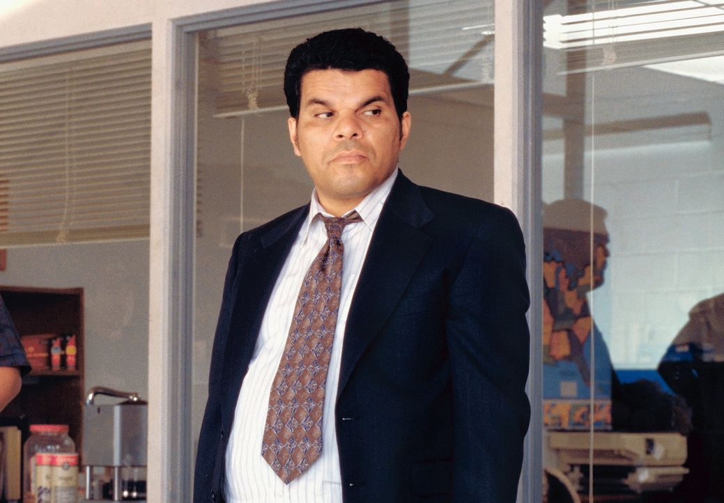 Lance (Luis Guzman), Barrys treuer Angestellte, hilft ihm, sämtliche Billigpuddingbecher des San Fernando Valleys aufzukaufen, um an Bonusmeilen zu... - Bildquelle: Senator Film