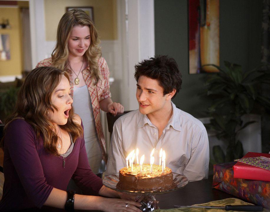 Im Haus der Tragers ist die Freude groß: Amanda (Kirsten Prout, hinten) und Kyle (Matt Dallas, r.) feiern gemeinsam mit Lori (April Matson, l.) ihr... - Bildquelle: TOUCHSTONE TELEVISION