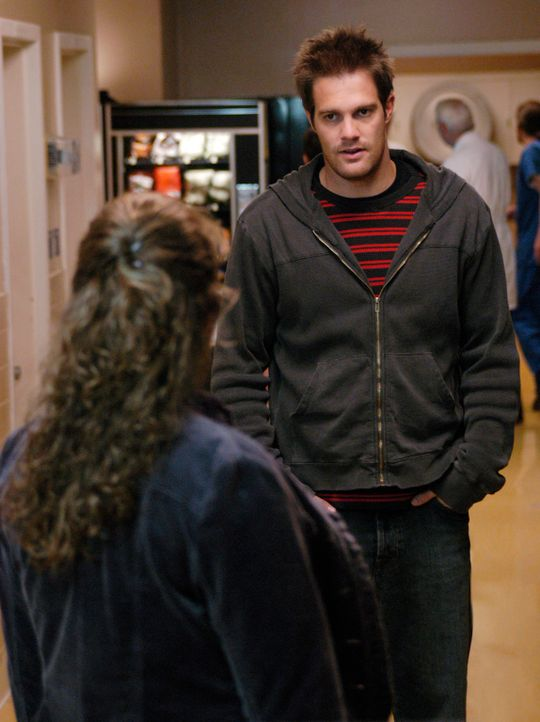 Eddie (Geoff Stults, r.) will sich bei Janet (Rebecca Field, l.) entschuldigen. Doch sie will davon nichts wissen ... - Bildquelle: 2007 American Broadcasting Companies, Inc. All rights reserved.