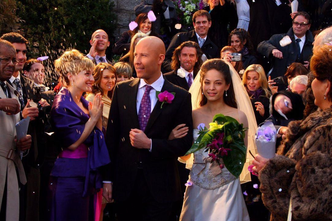 Nicht alles ist so schön, wie es scheint: Lex (Michael Rosenbaum, l.) und Lana (Kristin Kreuk, r.) schreiten nach der Trauung aus der Kirche ... - Bildquelle: Warner Bros.