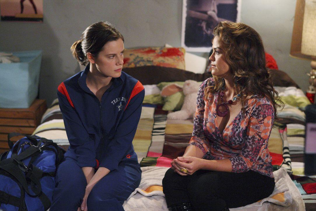 Emily (Chelsea Hobbs, l.) ist wütend auf ihre Mutter (Susan Ward, r.), die offensichtlich ein Verhältnis mit Laurens Vater hat ... - Bildquelle: 2009 DISNEY ENTERPRISES, INC. All rights reserved.