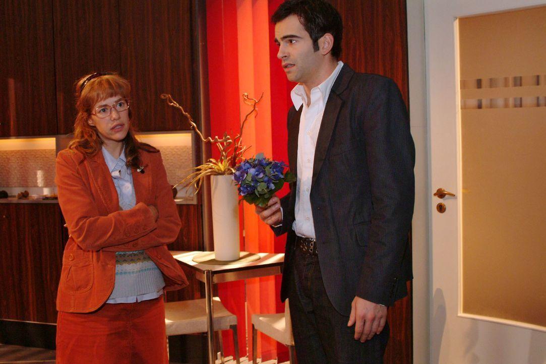 David (Mathis Künzler, r.) will sich bei Lisa (Alexandra Neldel, l.) dafür entschuldigen, dass er sie als Gouvernante bezeichnet hat. Lisa gibt ihm... - Bildquelle: Monika Schürle SAT.1 / Monika Schürle