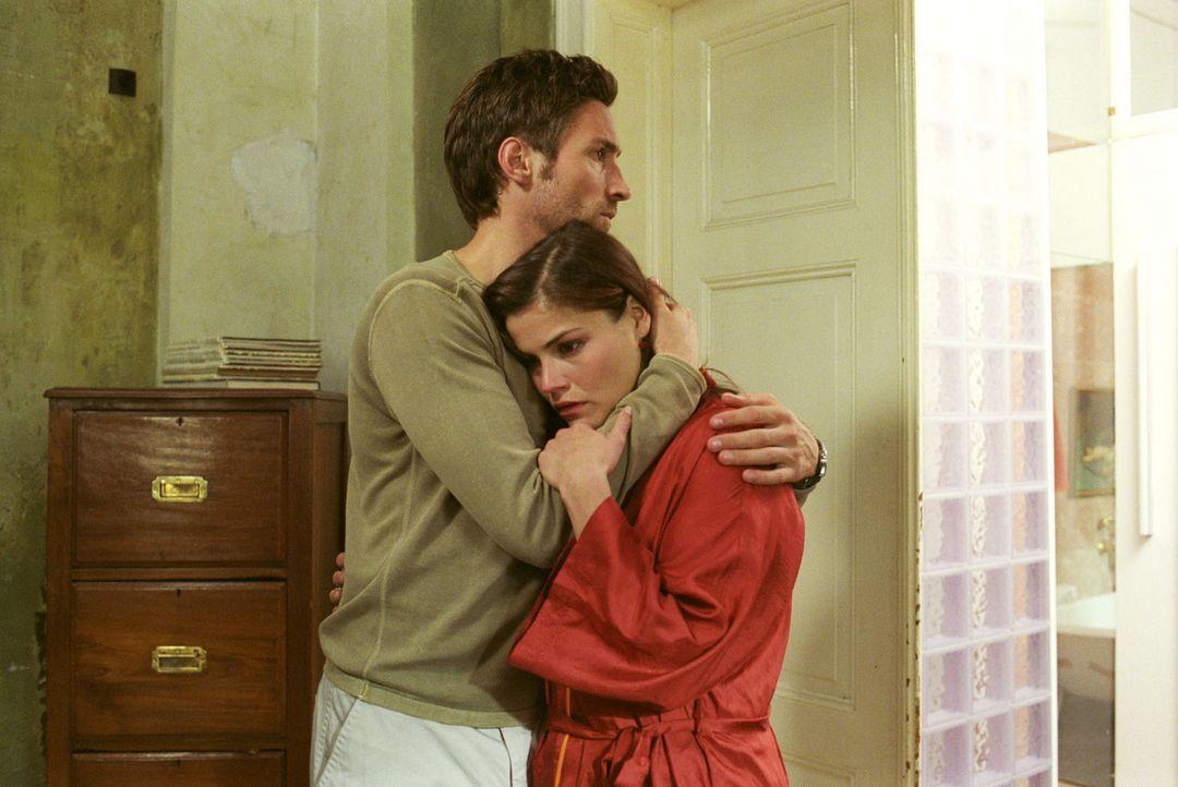 Uli (Benjamin Sadler, l.) muss seine Frau trösten: Pia (Katharina Wackernagel, r.) ist trotz künstlicher Befruchtung nicht schwanger. - Bildquelle: Sat.1