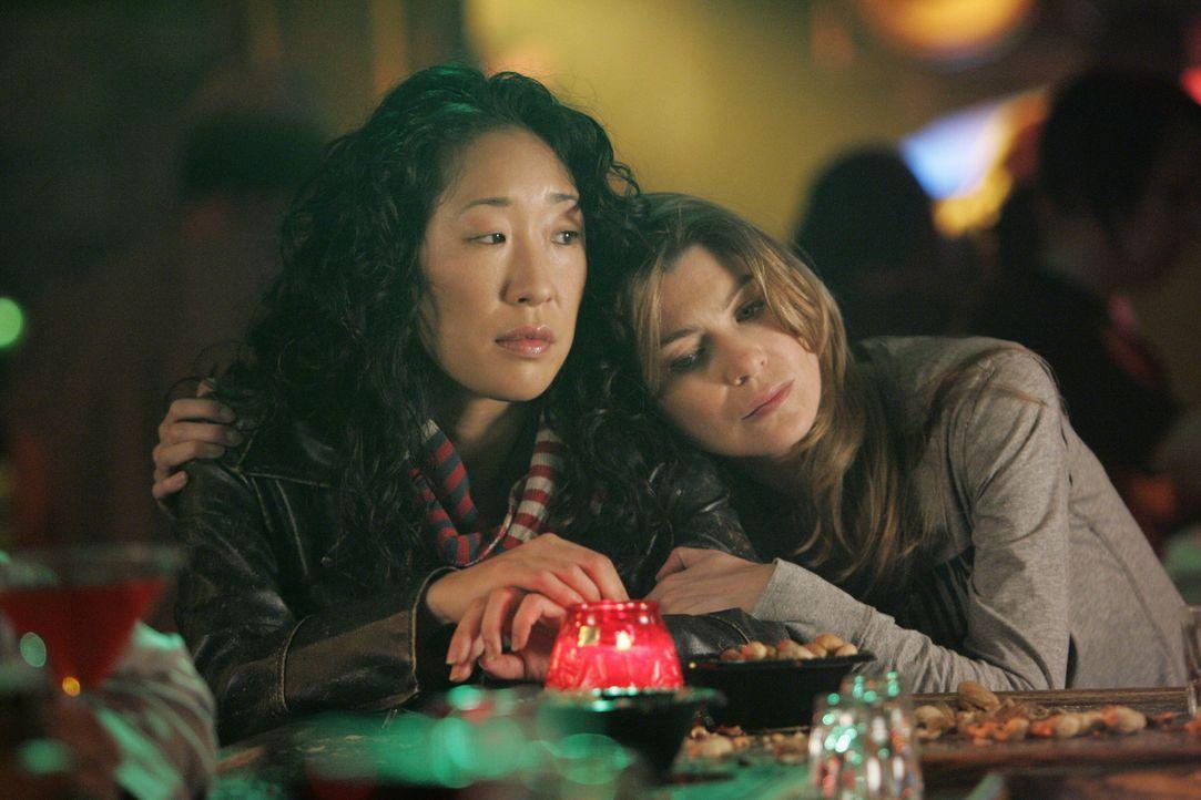 """In der Bar fordert Meredith (Ellen Pompeo, r.) Cristina (Sandra Oh, l.) zu einem Spiel von """"wessen Leben ist am schrecklichsten"""" heraus. Gerade, als... - Bildquelle: Touchstone Television"""