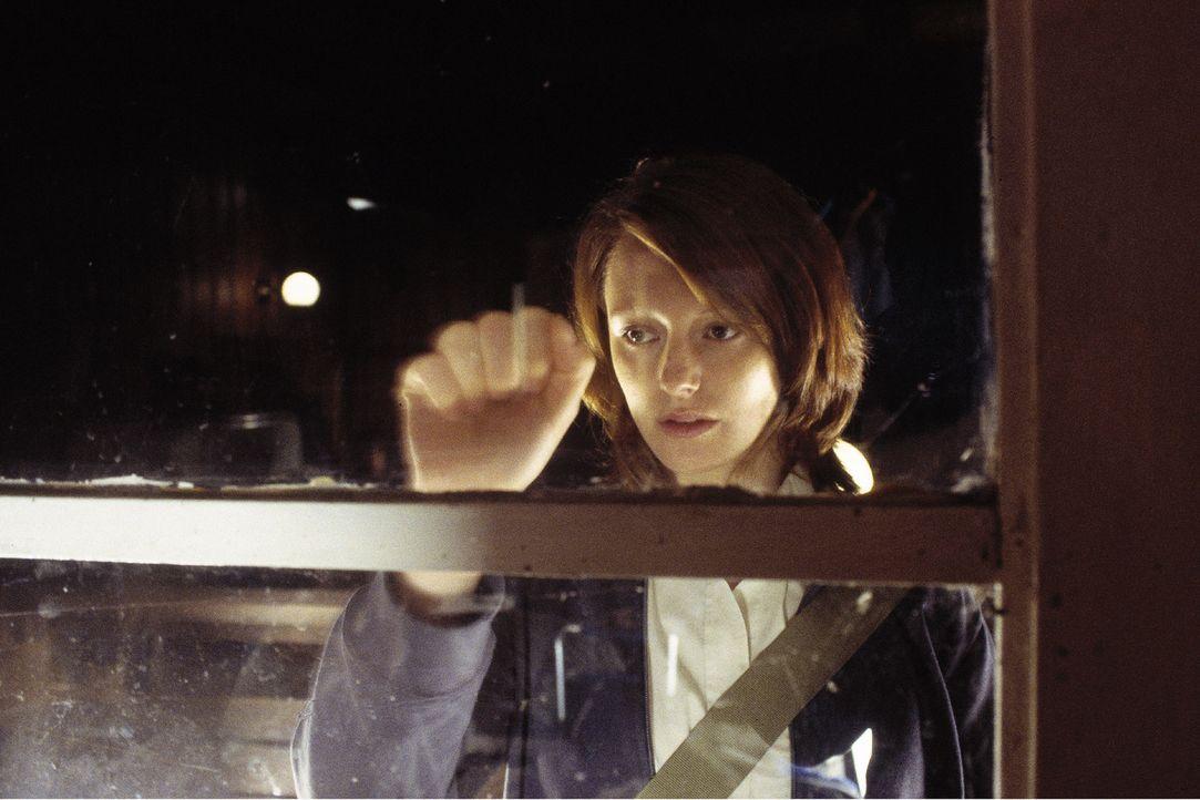 Johanna (Lavinia Wilson) sucht Rat bei dem neuen Segel- und Tauchlehrer Thomas. - Bildquelle: Sat.1
