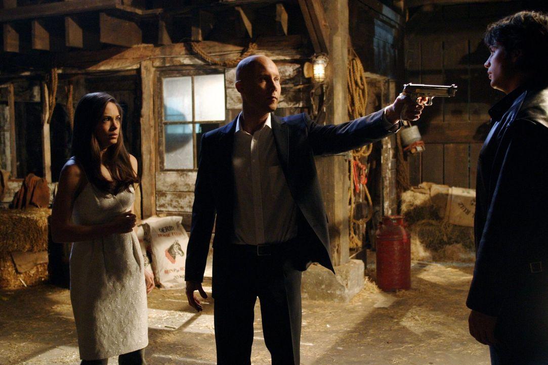 Durch den Kryptonit-Lippenstift beeinflusst dreht Clark (Tom Welling, r.) durch. Er wird aggressiv und will Lex' (Michael Rosenbaum, M.) und Lanas (... - Bildquelle: Warner Bros.