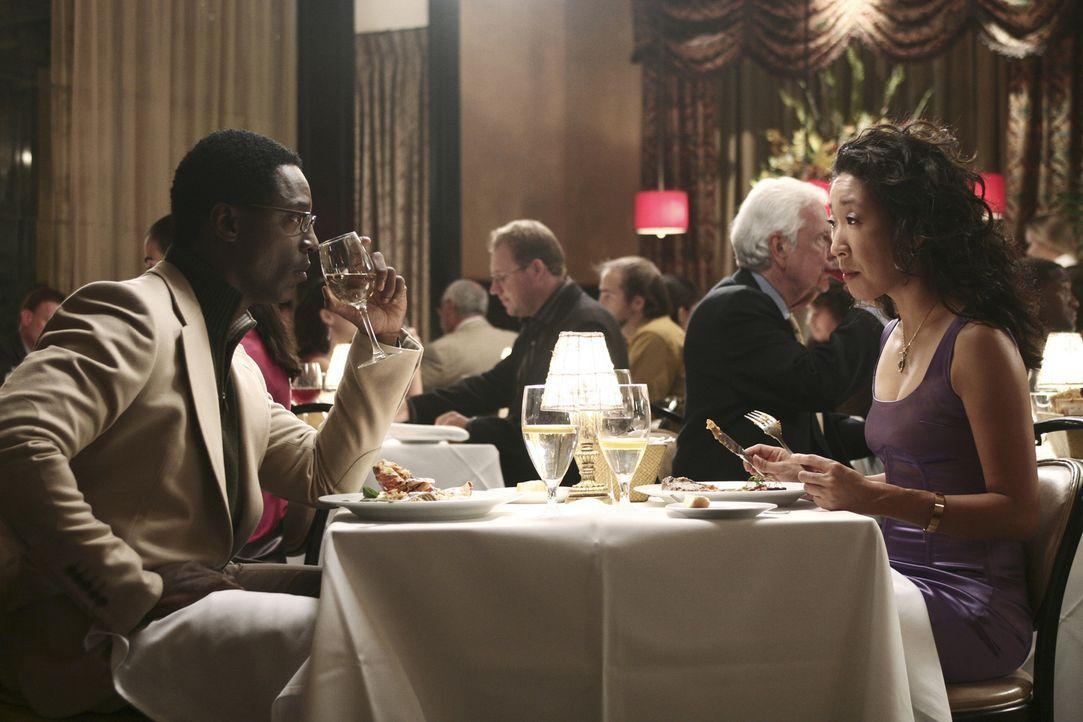 Versuchen, ein normales Date zu bestreiten: Burke (Isaiah Washington, l.) und Cristina (Sandra Oh, r.) ... - Bildquelle: Touchstone Television