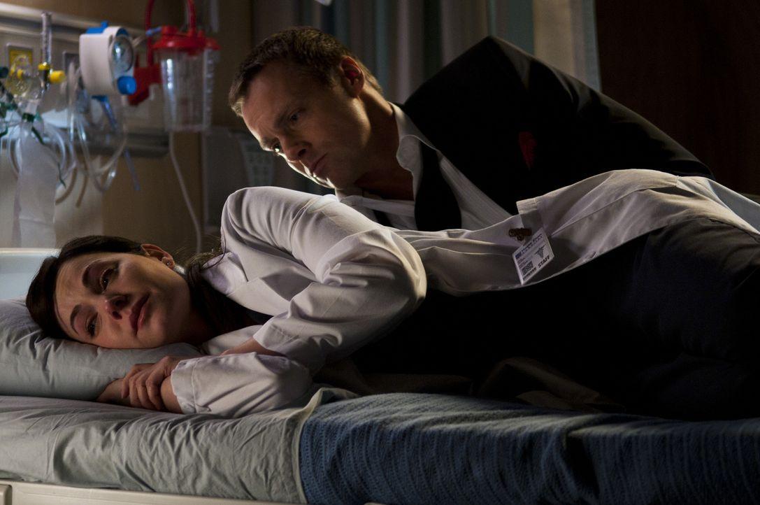 Michael Shanks, r.) eine Hand bewegt hat, glaubt Alex (Erica Durance, l.) wieder fest an dessen Genesung. Sie ahnt nicht, dass sein Geist sie stets... - Bildquelle: 2012  Hope Zee One Inc.