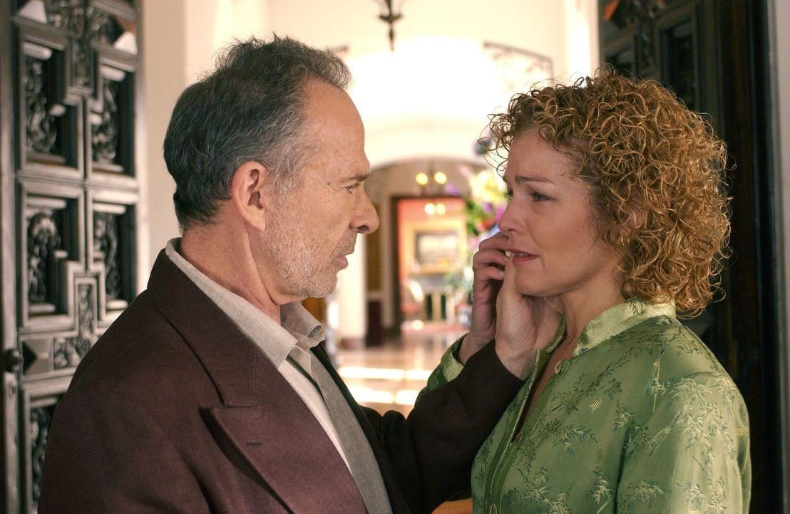 Während die CIA sich der Villa von außen nähert, verspricht Sloane (Ron Rifkin, l.) Emily (Amy Irving, r.), alles aufzugeben und nur noch für si... - Bildquelle: Touchstone Television