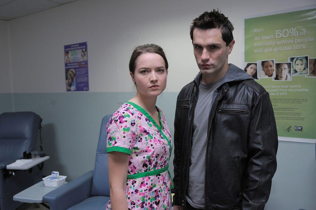 Sally ist in einem komaähnlichen Zustand gefangen und Aidan (Sam Witwer, r.) und Josh wenden sich an Zoe (Susanna Fournier, l.), einen Ghost Whisper... - Bildquelle: Phillipe Bosse 2012 B.H. 2 Productions (Muse) Inc. ALL RIGHTS RESERVED.