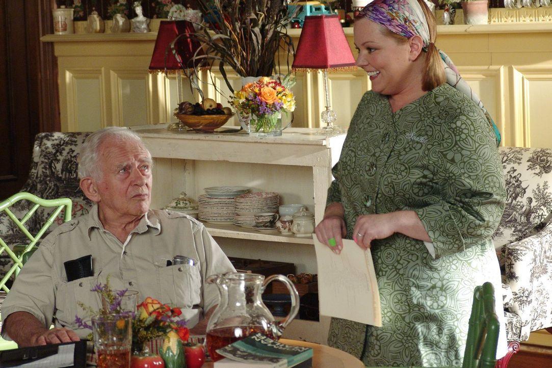 Nachdem Sookie (Melissa McCarthy, r.) erfahren hat, dass der Mittagstisch aus finanziellen Gründen gestrichen werden soll, sucht sie einen Sündenboc... - Bildquelle: 2004 Warner Bros.