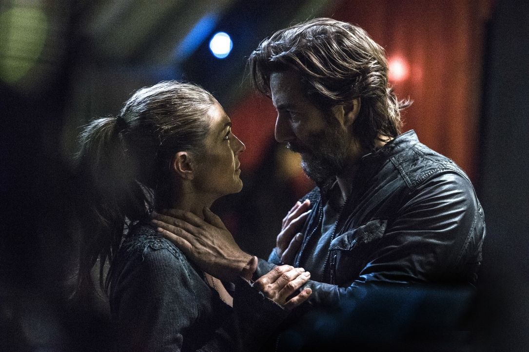 Muss sich Abbie (Paige Turco, l.) tatsächlich von Kane (Henry Ian Cusick, r.) für immer verabschieden oder besteht noch die Hoffnung, dass einige vo... - Bildquelle: 2014 Warner Brothers