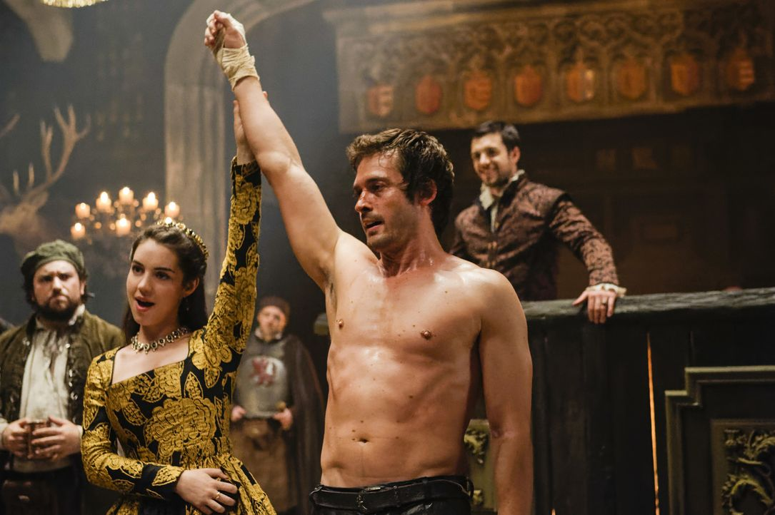Lord Darnley (Will Kemp, r.) konnte Königin Mary (Adelaide Kane, l.) und das schottische Volk von ihren Zweifeln befreien. Ob der Verlobung nun wirk... - Bildquelle: Ben Mark Holzberg Ben Mark Holzberg/The CW -   2017 The CW Network, LLC. All Rights Reserved.