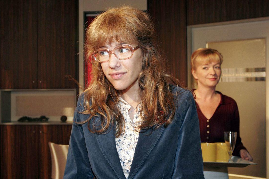 Helga (Ulrike Mai, r.) merkt, dass Lisa (Alexandra Neldel, l.) Rokko beschäftigt, aber Lisa will sich dazu nicht äußern. (Dieses Foto von Alexandra... - Bildquelle: Noreen Flynn SAT.1 / Noreen Flynn