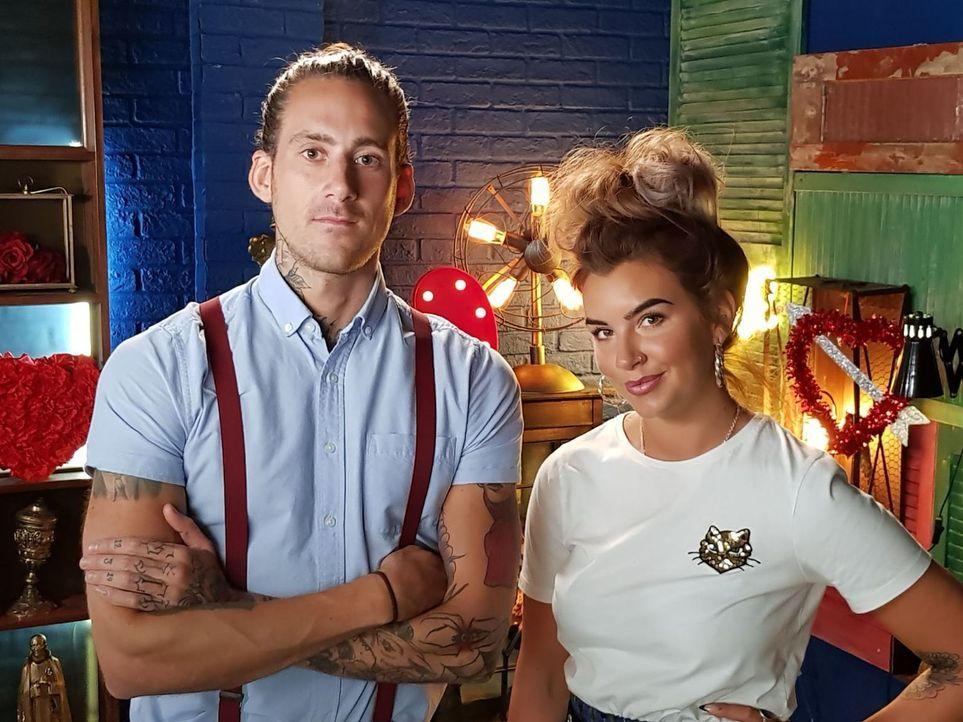 (4. Staffel) - Ein unglückliches Tattoo mit einem gelungen Cover Up bedecken - das ist die Kunst, die Glen (l.) und Alice (r.) beherrschen ... - Bildquelle: Studio Lambert & all3media international