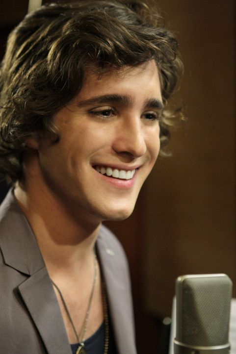 Kann Javier (Diego Boneta) sich in Adriannas Herz singen? - Bildquelle: TM &   CBS Studios Inc. All Rights Reserved