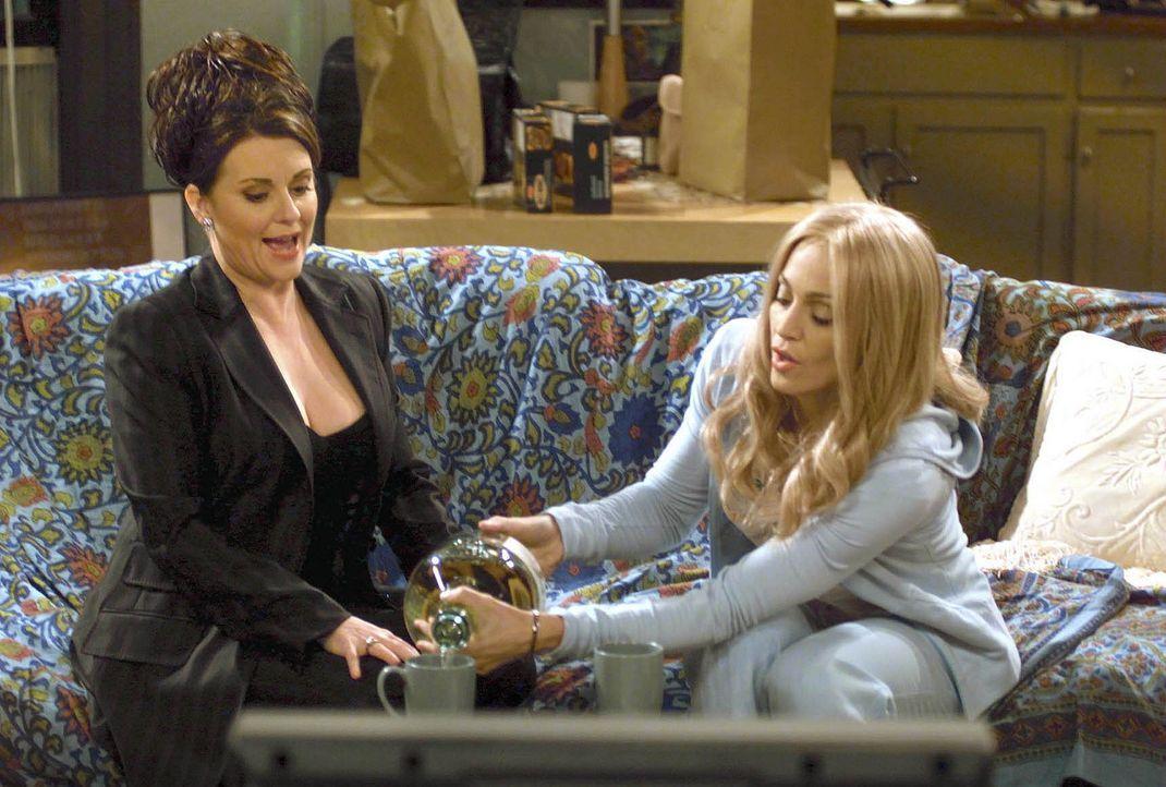 Anfangs läuft in der WG alles super, doch dann verlieben sich Karen (Megan Mullally, r.) und Liz (Madonna, l.) in den selben Mann und die Probleme... - Bildquelle: NBC Productions