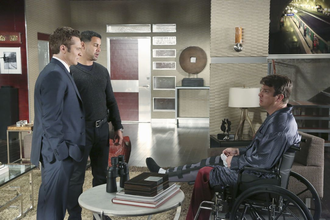 Castle (Nathan Fillion, r.) glaubt, einen Mord in der Nachbarwohnung beobachtet zu haben und beauftragt Kevin Ryan (Seamus Dever, l.) und Javier Esp... - Bildquelle: ABC Studios