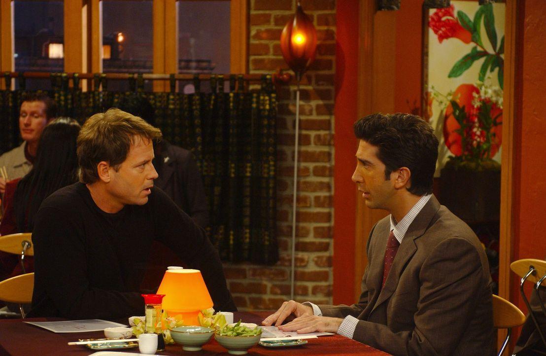 Obwohl Ross (David Schwimmer, r.) von Dr. Hobart (Greg Kinnear, l.) vor ein Ultimatum gestellt wurde um seinen Test zu bestehen, lässt  sich Ross ni... - Bildquelle: 2003 Warner Brothers International Television