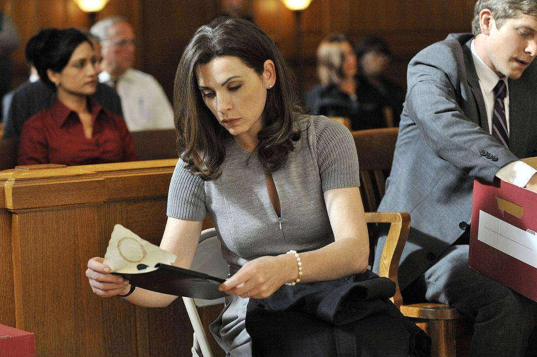 Während einer Gerichtsverhandlung macht Alicia (Julianna Margulies) eine schockierende Entdeckung ... - Bildquelle: CBS Studios Inc. All Rights Reserved.