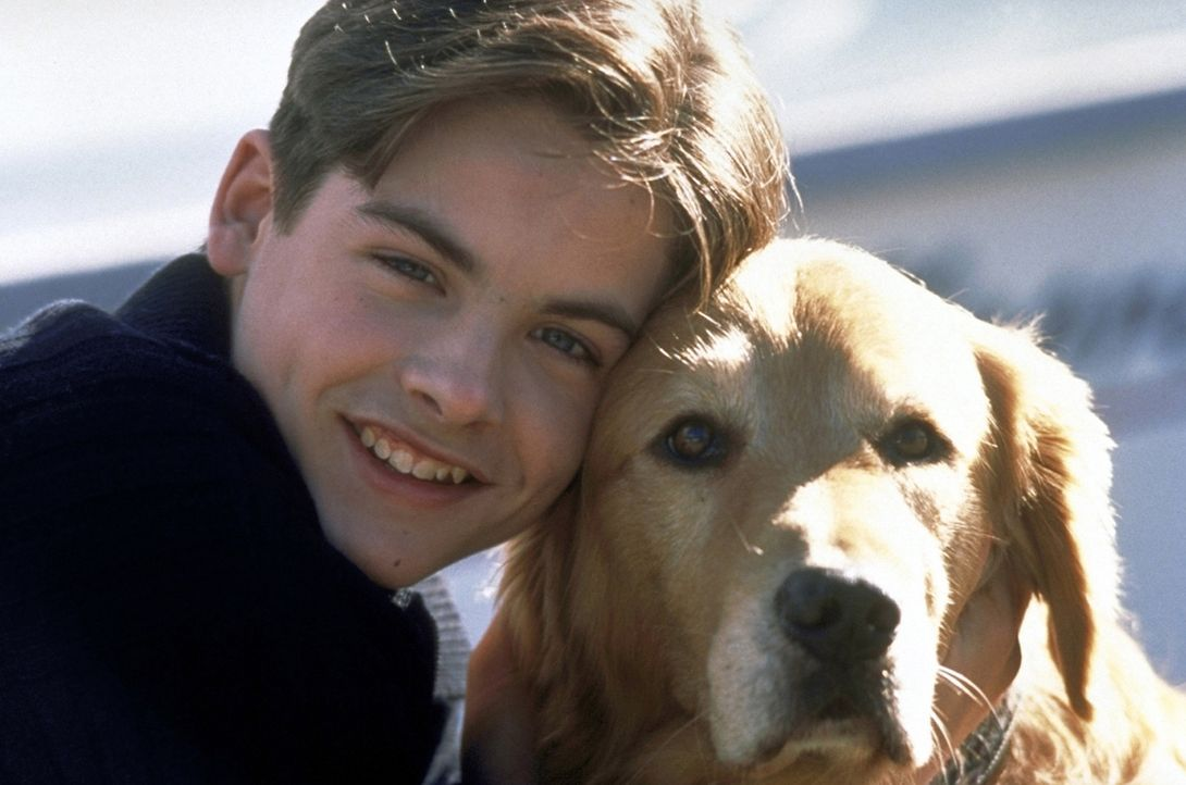 Nach dem plötzlichen Tod seines Vaters sieht Josh (Kevin Zegers, l.) in seinem Hund Buddy seinen besten Freund. Gemeinsam gehen sie durch dick und... - Bildquelle: Alliance