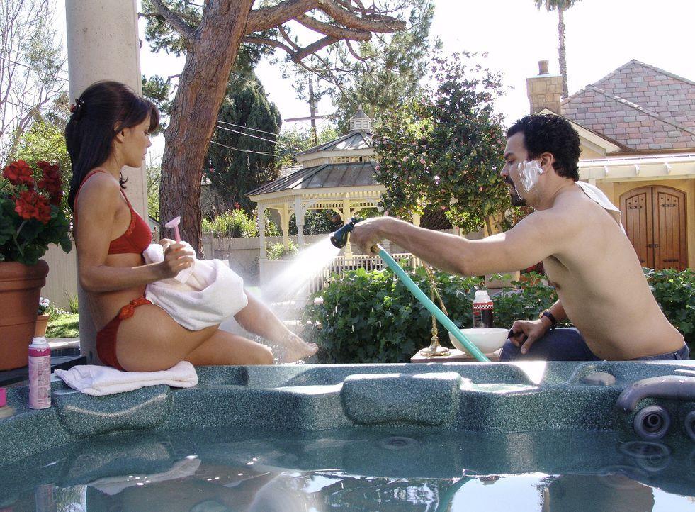 Gabrielle (Eva Longoria, l.) und Carlos (Ricardo Antonio Chavira, r.) haben ein Problem mit Abfluss, dem sich Mike gern annehmen würde. Doch besitze... - Bildquelle: Touchstone Television