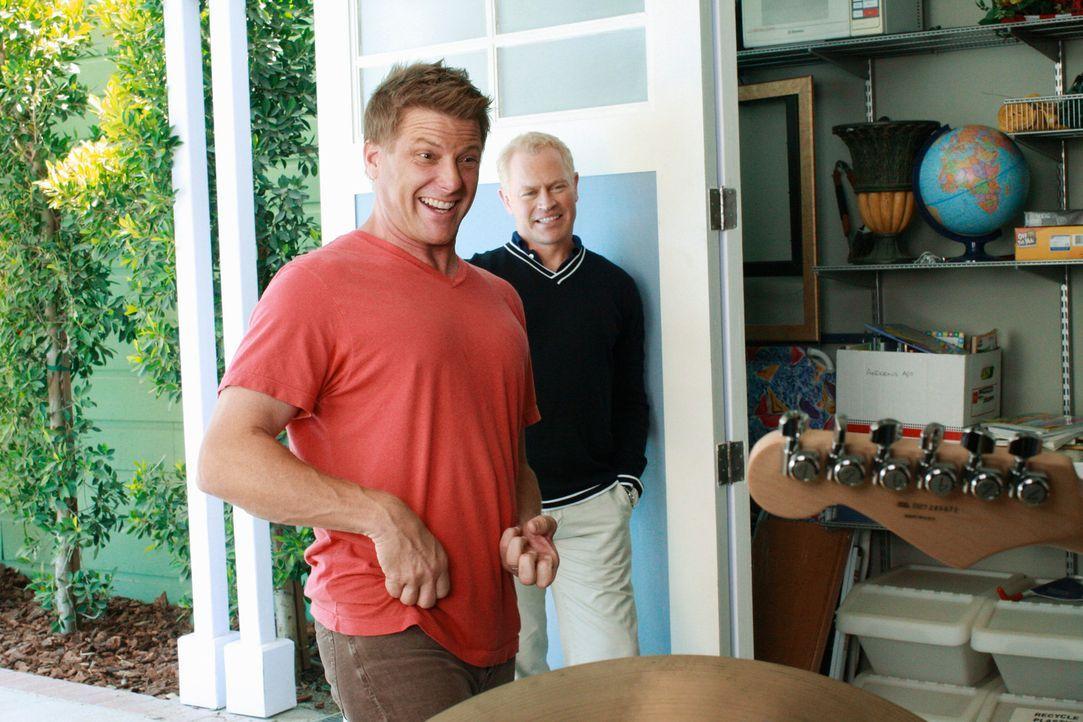 Tom (Doug Savant, l.) und Dave (Neal McDonough, r.) suchen einen Gitarristen für ihre Band. Schon bald ist Tom von einem bestimmten Kandidaten sehr... - Bildquelle: ABC Studios
