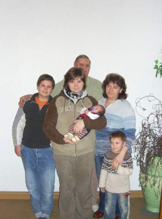 Familie Kuckuk will ein neues Leben in Schweden beginnen (v.hinten l. nach vorne r.): Kevin, Klaus, Grit, Christin, Jason und Domenik - Bildquelle: kabel eins