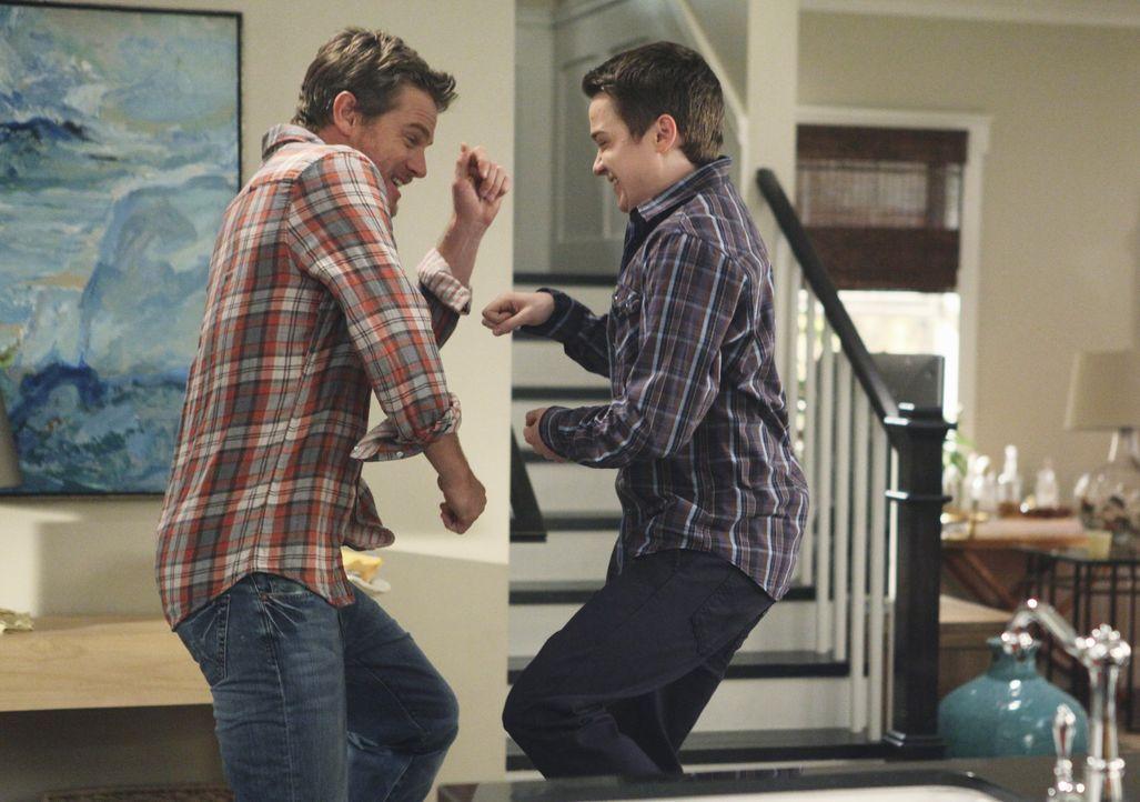 Haben sichtlich viel Spaß miteinander: Travis (Dan Byrd, r.) und Bobby (Brian Van Holt, l.) ... - Bildquelle: 2009 ABC INC.