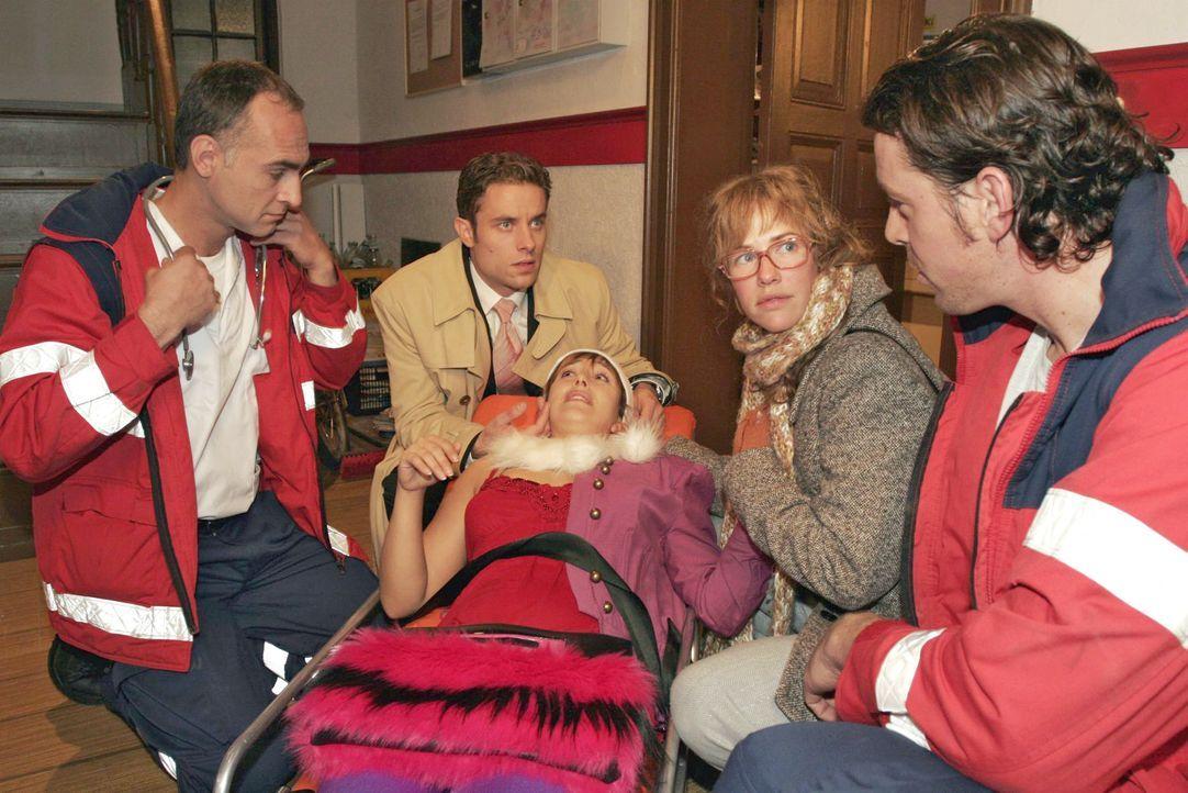 Lisa (Alexandra Neldel, 2.v.r.) und Max (Alexander Sternberg, 2.v.l.) machen sich große Sorgen um Yvonne (Bärbel Schleker, M. liegend), die die Trep... - Bildquelle: Noreen Flynn SAT.1 / Noreen Flynn