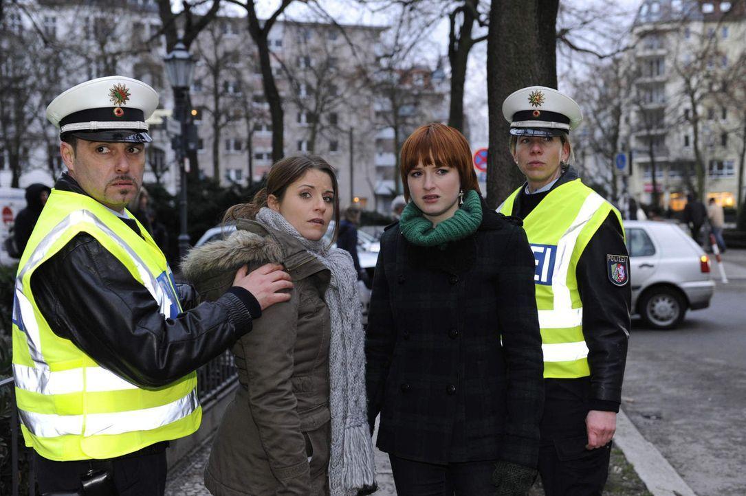 Sophie (Franciska Friede, 2.v.r.) ruft die Polizei und schlägt damit Jens in die Flucht, bevor Bea (Vanessa Jung, 2.v.l.) die Wahrheit von Ihm erf - Bildquelle: SAT.1