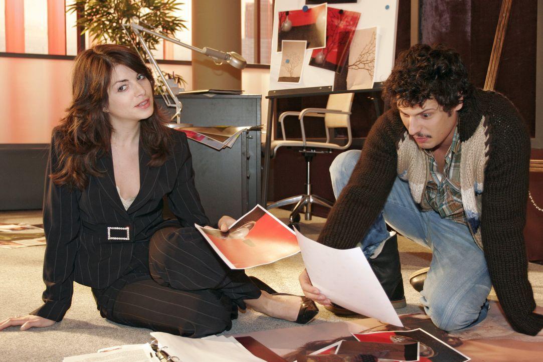 Mariella (Bianca Hein, l.) lauscht aufmerksam Rokkos (Manuel Cortez, r.) Ideen zu einer neuen Anzeigenkampagne. - Bildquelle: Noreen Flynn SAT.1 / Noreen Flynn