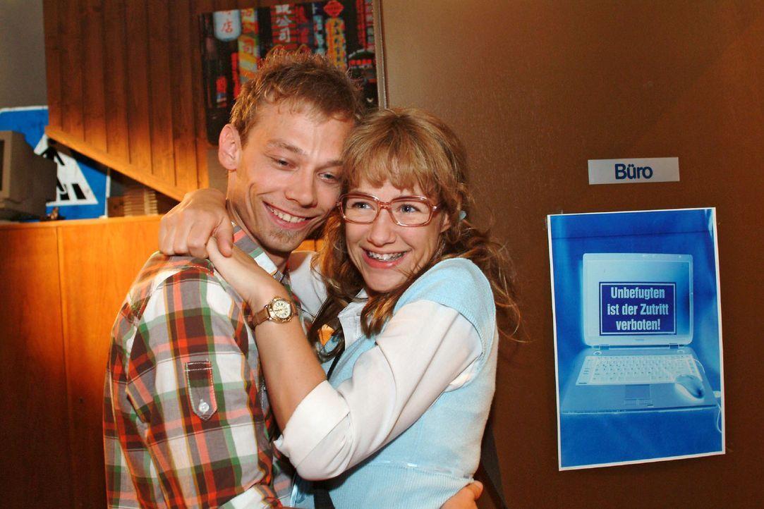 Lisa (Alexandra Neldel, r.) ist wieder glücklich, dass sie sich mit Jürgen (Oliver Bokern, l.) ausgesprochen hat und ihm wieder vertrauen kann. (D... - Bildquelle: Monika Schürle Sat.1
