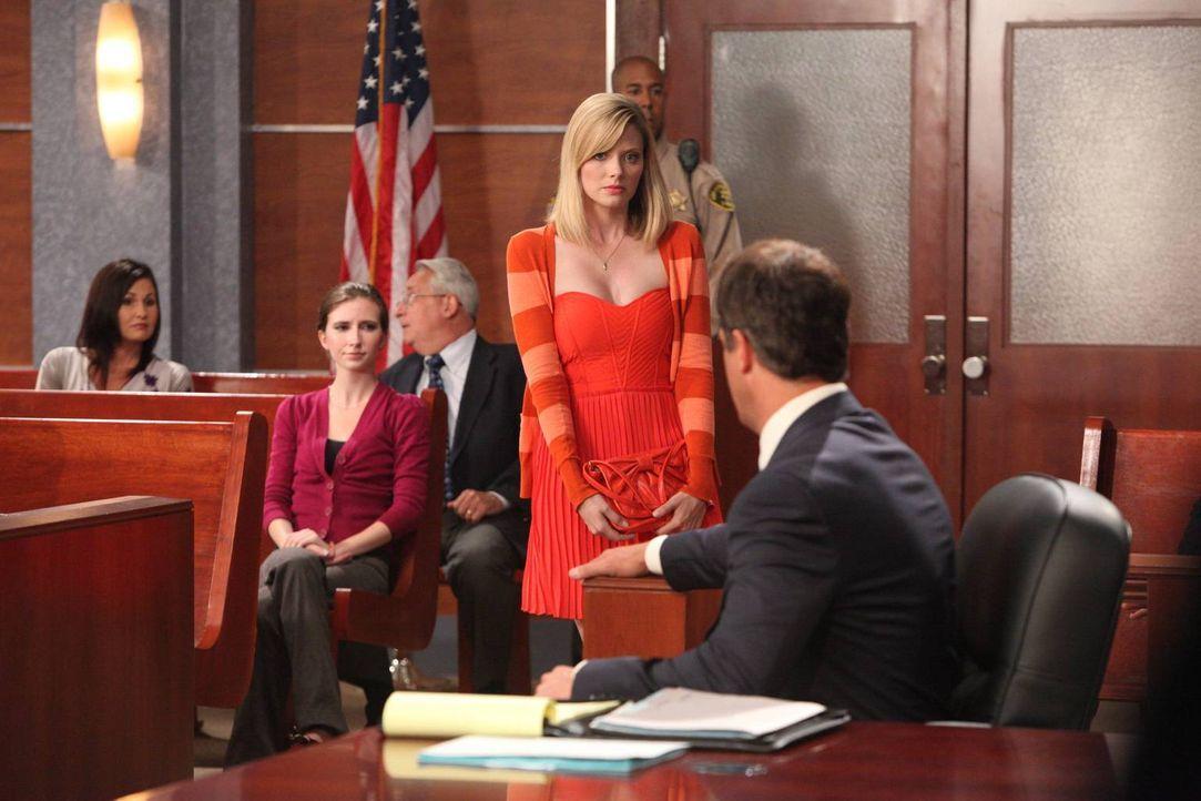 Im aktuellen Fall wird Stacy (April Bowlby, M.) überraschenderweise in den Zeugenstand gerufen ... - Bildquelle: 2012 Sony Pictures Television Inc. All Rights Reserved.