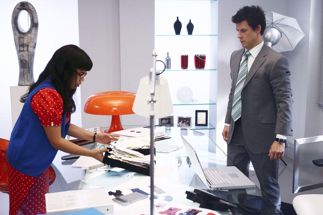 """Daniel (Eric Mabius, r.) und Betty (America Ferrera, l.) wissen nicht, wie sie den japanischen Modezar Oshi während seines Aufenthaltes """"auf Händen... - Bildquelle: Buena Vista International Television"""