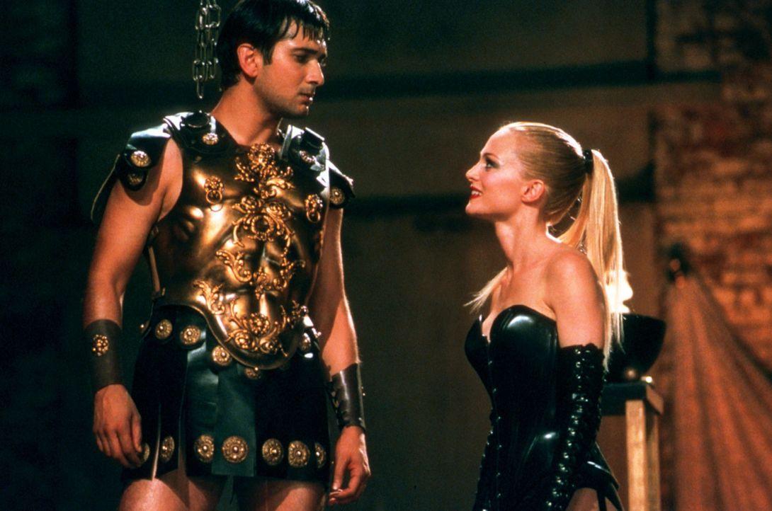 Mangels Stehvermögen scheitern Ramus (Jimi Mistry, r.) erste Versuche, in der Filmbranche Fuß zu fassen, obwohl Pornostar Sharonna (Heather Graham... - Bildquelle: Universal Pictures