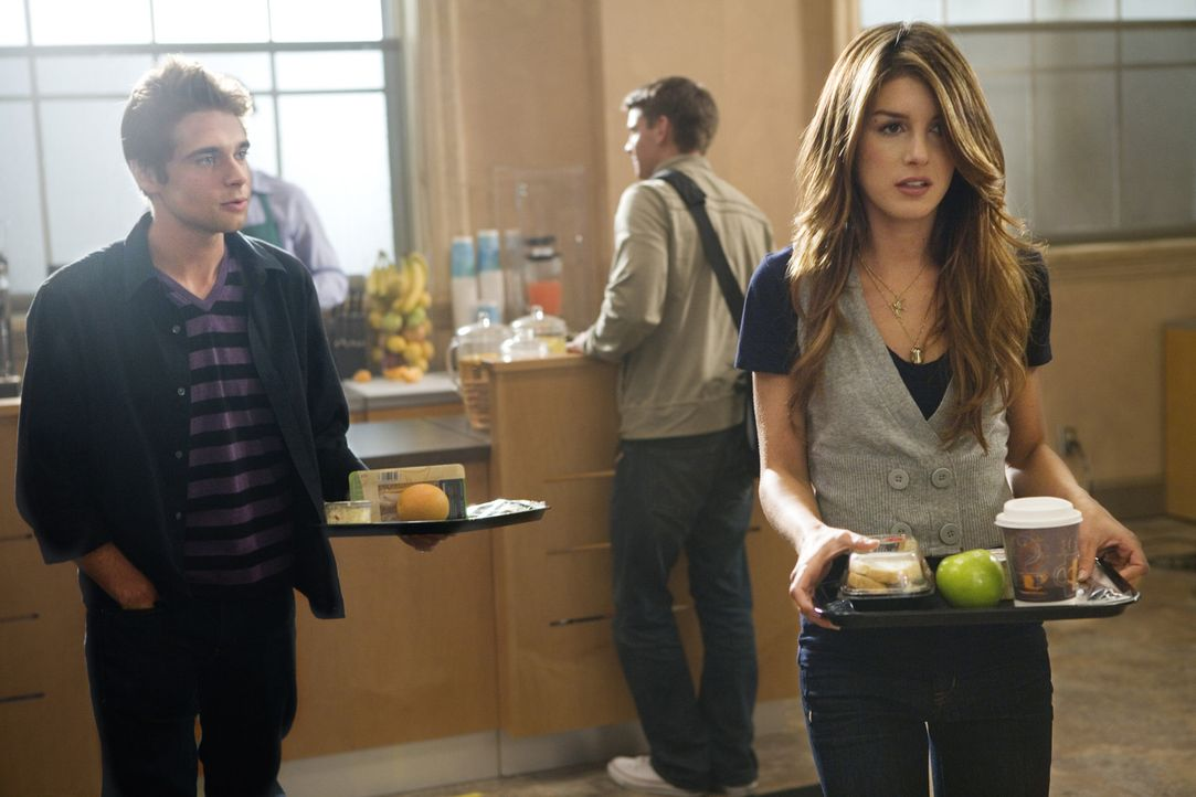 Annie (Shenae Grimes, r.) glaubt den Gerüchten und wendet sich deshalb von Jasper (Zachary Ry Sherman, l.) ab... - Bildquelle: TM &   CBS Studios Inc. All Rights Reserved