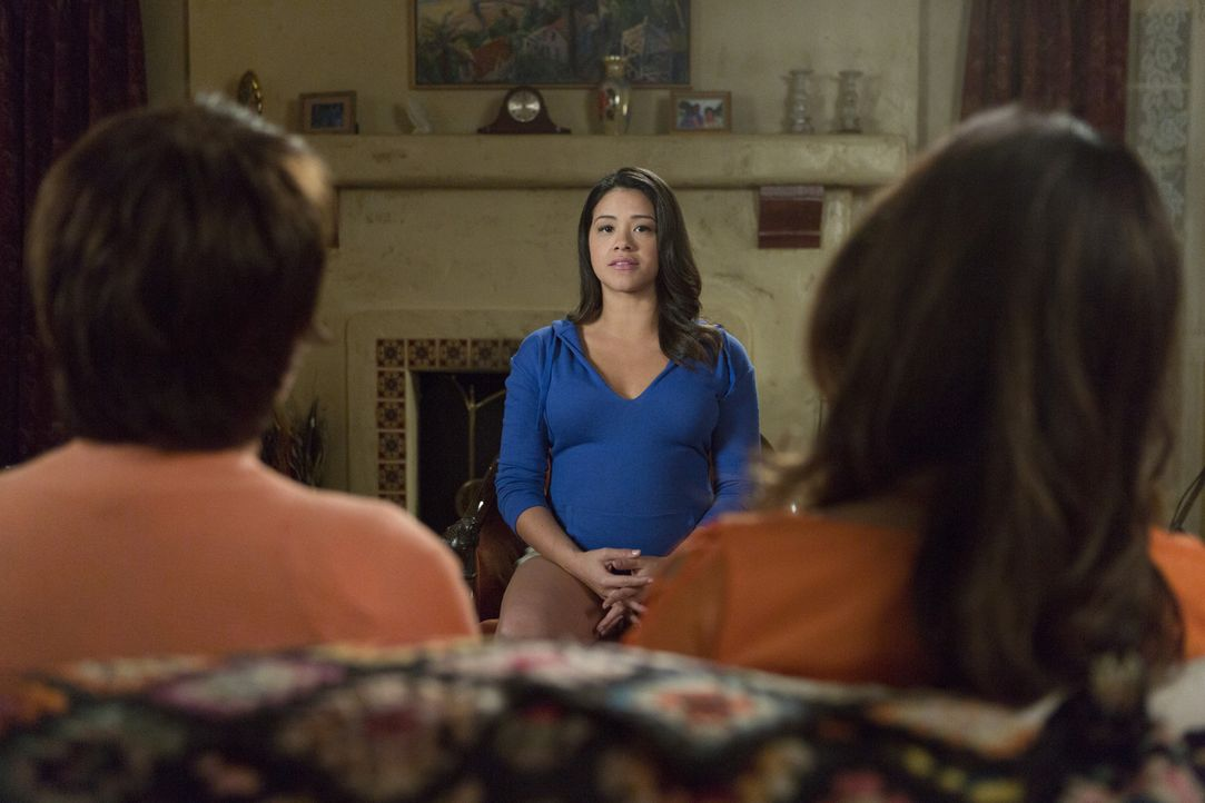 Halten stets zusammen: Jane (Gina Rodriguez, M.), ihre Großmutter Alba (Ivonne Coll, l.) und ihre Mutter Xo (Andrea Navedo, r.) ... - Bildquelle: 2014 The CW Network, LLC. All rights reserved.