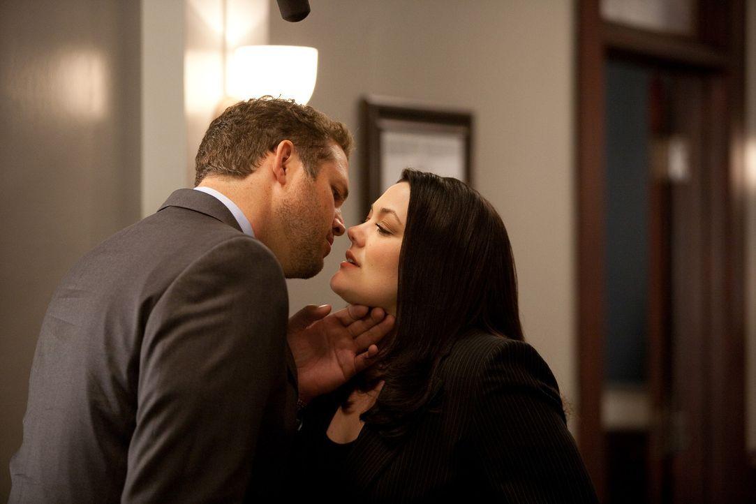 In Beziehungsleben finden Veränderungen statt: Jane (Brooke Elliott, r.) hat ihr erstes Date mit Tony Nicastro (David Denman, l.) und zwischen den... - Bildquelle: 2009 Sony Pictures Television Inc. All Rights Reserved.