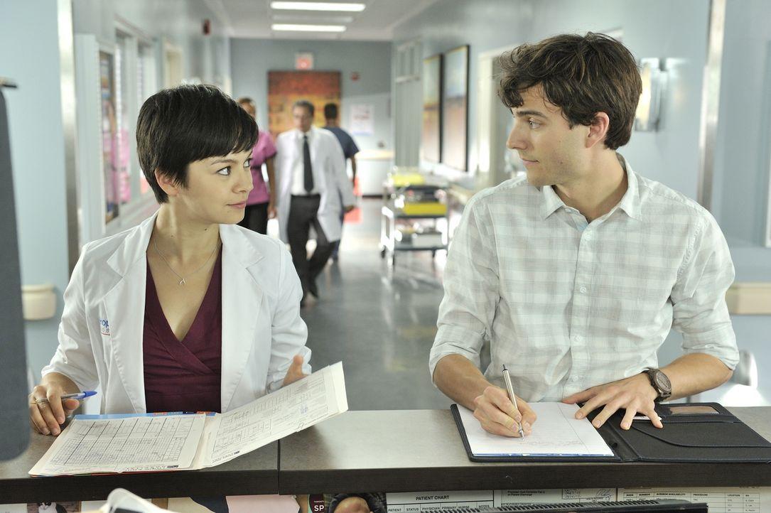 Von der Arbeit ist Dr. Maggie Lin (Julia Taylor Ross, l.) völlig überfordert. Dr. Gavin Murphy (Kristopher Turner, r.) möchte ihr unter die Arme gre... - Bildquelle: 2012  Hope Zee One Inc.