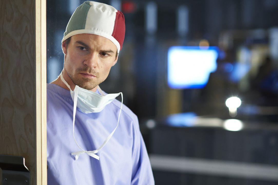 Eine komplizierte Operation steht Dr. Joel Goran (Daniel Gillies) und seinen Kollegen bevor ... - Bildquelle: 2012  Hope Zee One Inc.