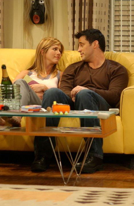 Aus langer Freundschaft wird Liebe: Joey (Matt LeBlanc, r.) und Rachel (Jennifer Aniston, l.) ... - Bildquelle: 2003 Warner Brothers International Television